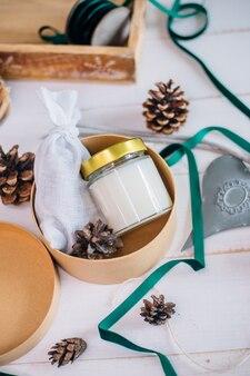 Подарок в коробке для новогодней свечи с деревянным фитилем в стекле и ароматным саше