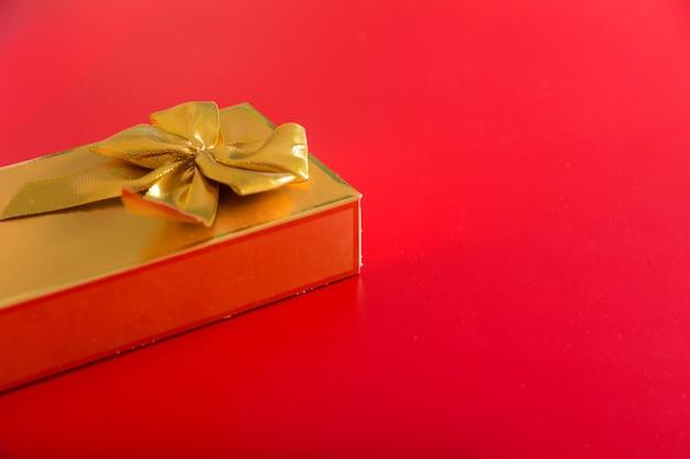 弓付きの金色のパッケージのギフト