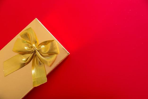Подарок в золотой упаковке с бантом