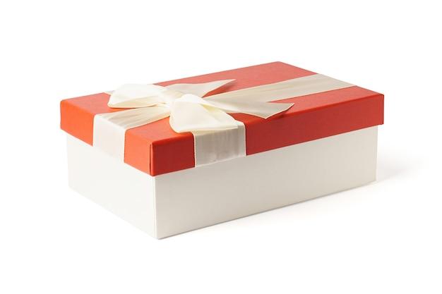 Подарок изолирован. красная подарочная коробка с белой лентой и бантом