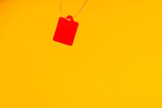 노란색에 고립 된 선물 라벨