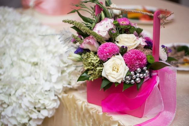 결혼식에서 분홍색 바구니에 꽃 선물
