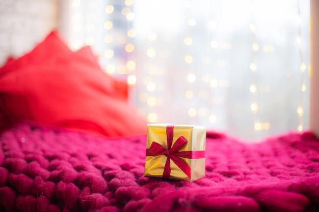 Подарок на розовом пледе