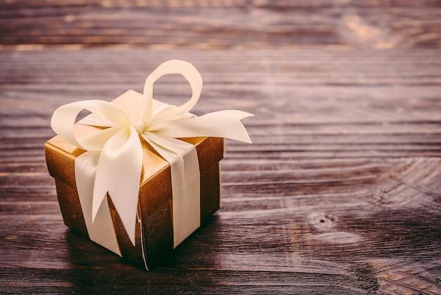 흰 나비와 나무 테이블에 선물