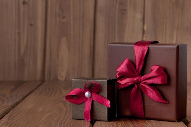 Подарок на деревянном столе.