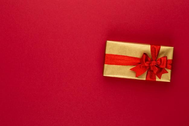 Подарочная или подарочная коробка на цветном столе. плоская композиция на день рождения, день матери или свадьбу.