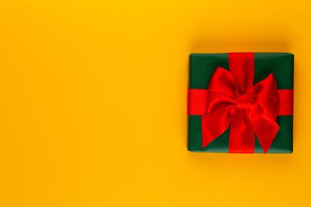 カラーテーブルトップビューのギフトまたはプレゼントボックス。誕生日、母の日、結婚式のためのフラットレイ構成。