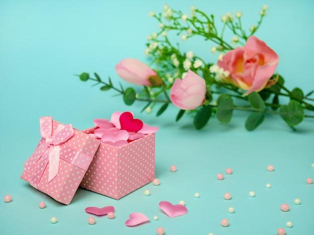 ハートと花のギフトピンクボックス。バレンタインデー、母の日、または誕生日のお祝いのコンセプト。