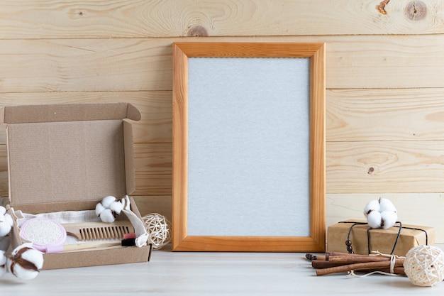 Подарок в картонной коробке, крафт-бумага и безотходная упаковка для экологически чистого дома с деревянным каркасом.