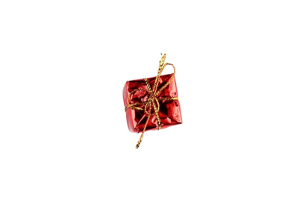 격리 된 배경에 금 바인딩으로 빨간색 선물 포장. 고품질 사진