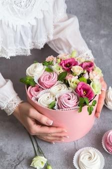 ボックスにセットされたギフト-白とピンクのマシュマロと美しい花