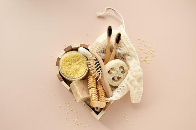 하트 모양의 나무 상자에 바디 케어를위한 친환경 미용 제품 선물 세트. 천연 유기농 욕실 도구.