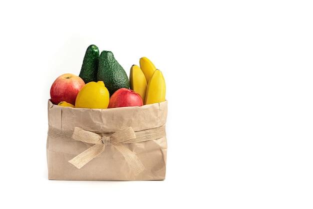 Подарочный набор свежих фруктов на белом фоне.
