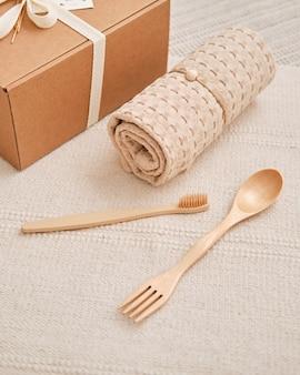 Подарочный набор из натурального бежевого муслинового полотенца, деревянной ложки и бамбуковой зубной щетки