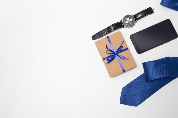 선물, 넥타이 및 아버지의 카드. 선물 상자에 줄무늬 넥타이입니다. 아빠를 위한 최고의 선물. 복사 공간