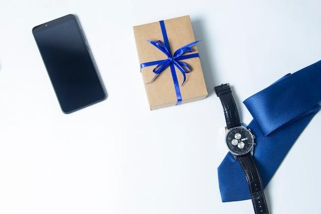 선물, 넥타이 및 아버지의 카드. 선물 상자에 줄무늬 넥타이입니다. 아빠를 위한 최고의 선물.