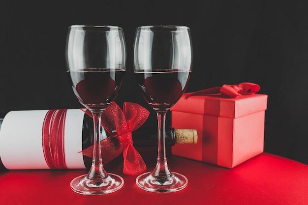 ワインのボトルと赤ワインを持つ2つの眼鏡をかけたギフト