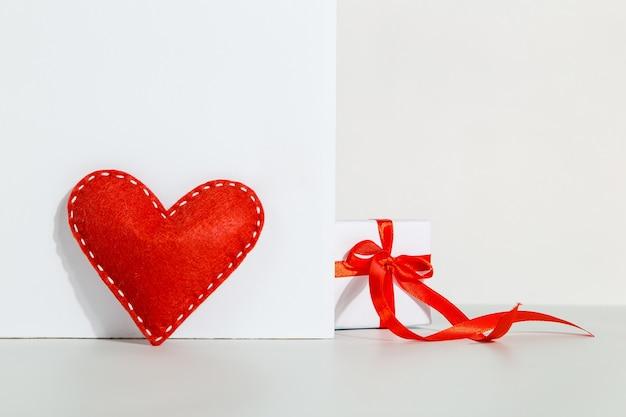 赤いリボンと白いハートのギフト、バレンタインデーのコンセプト