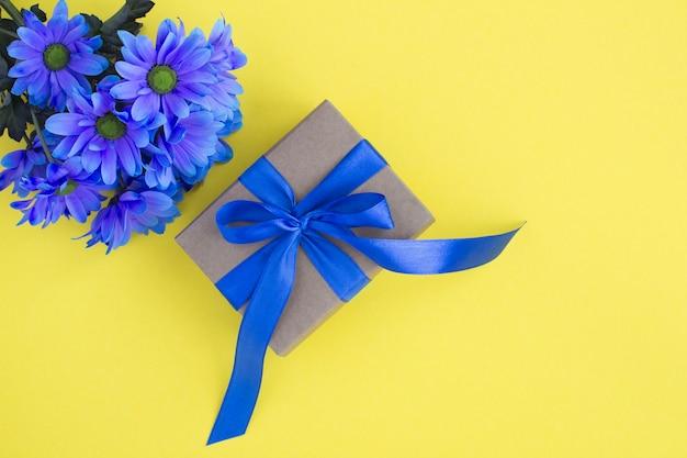 블루 나비와 푸른 꽃 선물입니다. 평면도. 공간을 복사하십시오.
