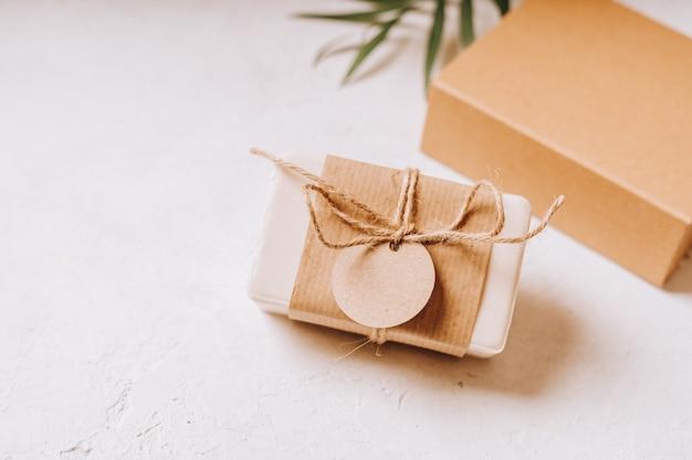 Подарок с пустым тегом макета