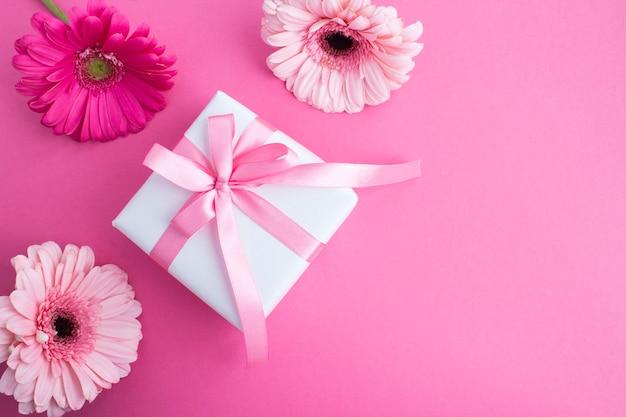 ピンクの弓とピンクの花のギフト