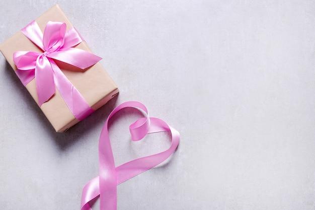 ピンクのリボン付きギフト