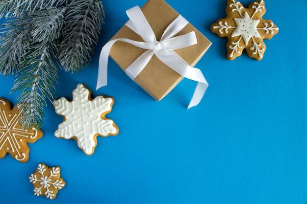リボンとクリスマスの組成のギフト