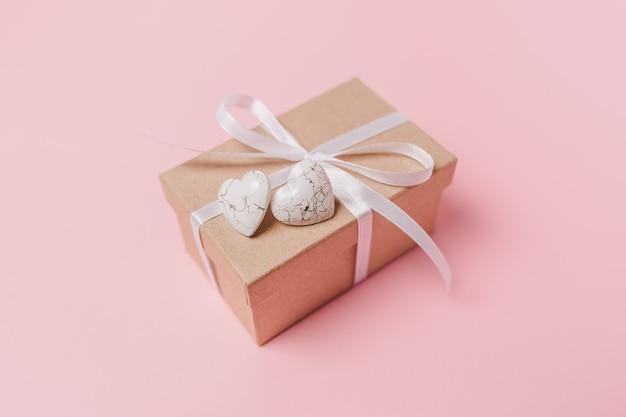격리 된 분홍색 배경, 사랑과 발렌타인 개념에 wihte 마음으로 선물