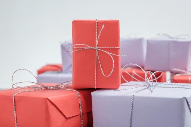 赤い紙で包まれた銀のひもで結ばれた贈り物