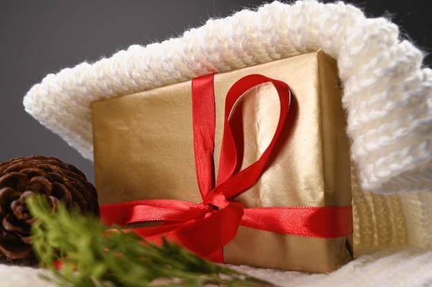 Подарочная упаковка и теплый трикотаж. фото высокого качества