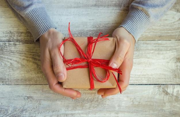 사랑하는 사람을위한 선물 포장. 선택적 초점.