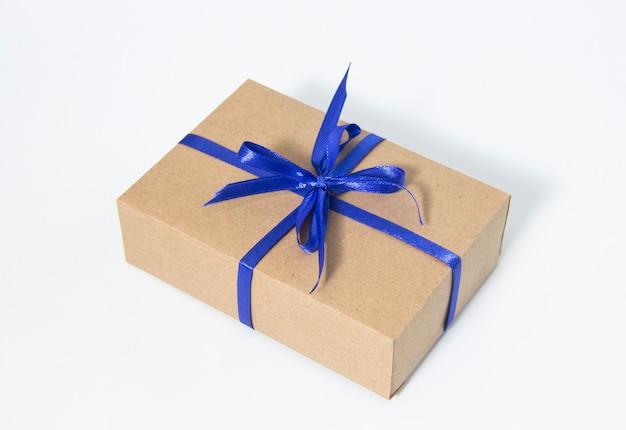 Подарочная упаковка. подарок с голубой лентой на белом фоне. изолировать. подарок к празднику.
