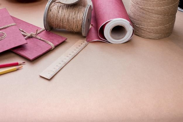 핑크에 선물 포장 세트. 선물 장식용 아이템 세트. 평면 위치 평면도
