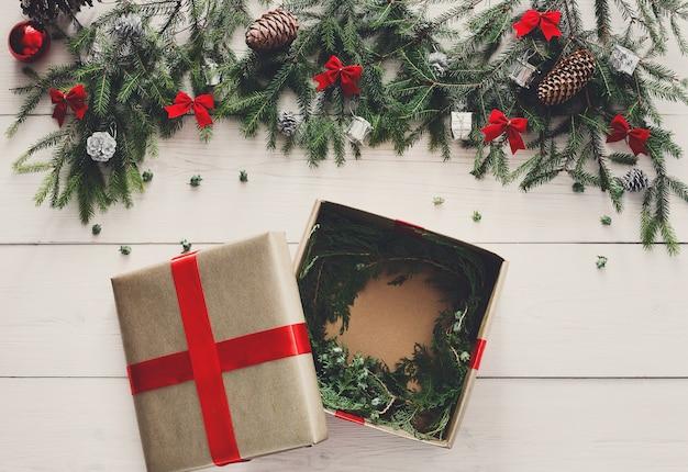 Вид сверху подарочной упаковки, открытая коробка для рождественского подарка