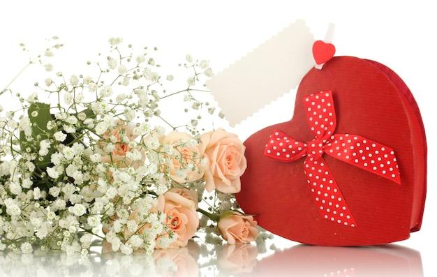 Подарочная коробка и цветы, изолированные на белом фоне