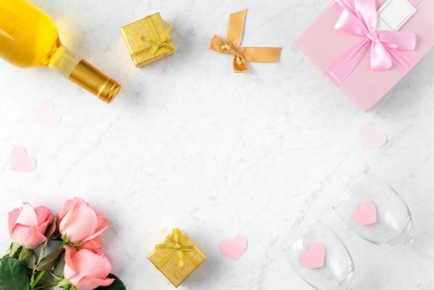 Giftbox и розовый цветок розы на мраморной белой предпосылке стола для концепции дизайна подарка праздника дня святого валентина.