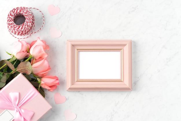 발렌타인 데이 휴일 인사말 디자인 개념에 대 한 대리석 흰색 테이블 배경에 giftbox와 핑크 장미 꽃.