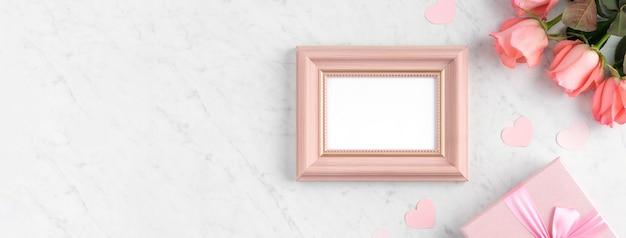 어머니의 날 휴일 인사말 디자인 개념에 대 한 대리석 흰색 테이블 표면에 giftbox와 핑크 장미 꽃.