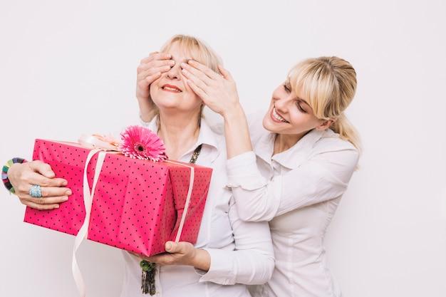 딸과 어머니와 함께 선물 개념