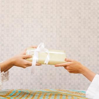Концепция подарков с украшенным столом