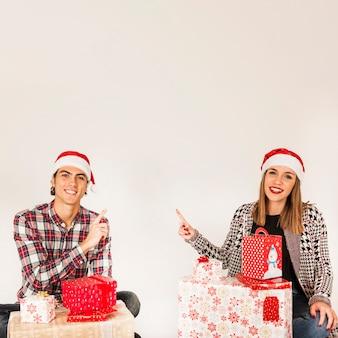 젊은 부부와 함께 선물 개념
