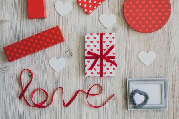ギフトと単語「愛」の横にある灰色のフレーム