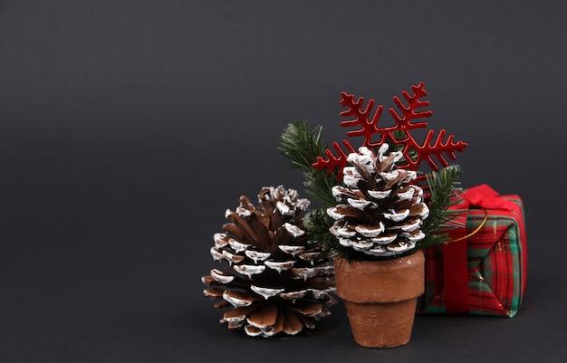 贈り物と装飾は、クリスマスの日に黒の背景。