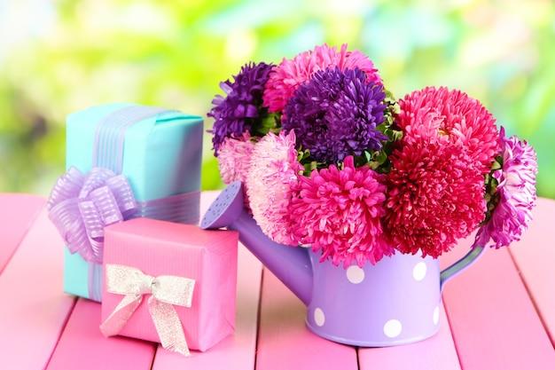 자연 배경에 물을 수 있는 선물과 꽃