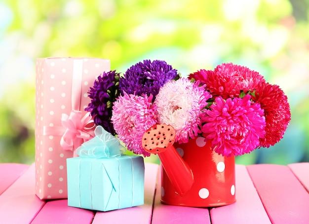 물을 깡통에 선물과 꽃