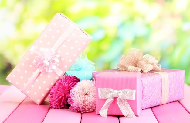 자연 배경에 선물과 꽃