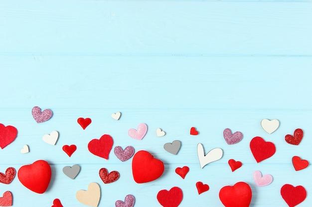 Подарки и сердечки на цветном фоне вид сверху любовь