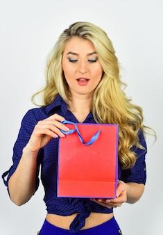 모든 취향의 선물과 선물. 쇼핑 중독. 상점에서 마감 및 할인 판매. 사이버 월요일 개념입니다. 섹시 한 금발 여자 쇼핑을 이동합니다. 최고의 선물. 당신만을 위한 특별한 제안. 쇼핑몰.