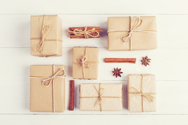 白いテーブル、上面図、平面図上のギフトとスパイス。クリスマスと新年のコンセプトです。