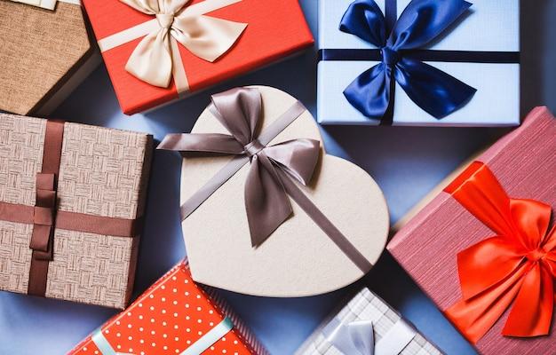 선물 배경 평면도. 파란색 배경에 선물 상자입니다.